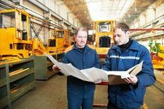 Ervaren industriële assembleursarbeiders royalty-vrije stock foto's