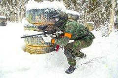 Ervaren jager die zijn doel op sneeuw zoeken Royalty-vrije Stock Foto