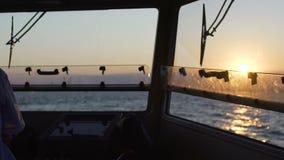 Ervaren oude kapitein die zich bij dashboard bevinden, die zijn schip sturen in open zee stock videobeelden