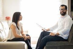 Ervaren psychotherapist met vrouwelijke patiënt in bureau stock foto's