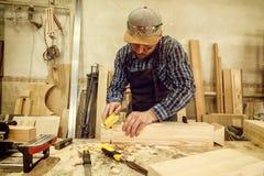 Ervaren timmerman in workshop royalty-vrije stock foto's