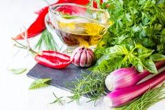 Ervas, óleo e tempero frescos Conceito saudável do alimento Fotografia de Stock