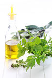 Ervas com petróleo verde-oliva Foto de Stock