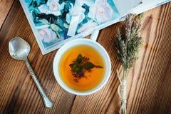 Ervas do chá com colher e livro Fotos de Stock Royalty Free