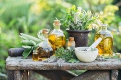 Ervas e óleos frescos fotos de stock