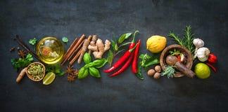 Ervas e especiarias aromáticas frescas para cozinhar fotografia de stock
