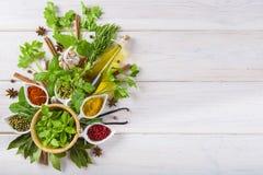 Ervas e especiarias frescas em um fundo de madeira branco Foto de Stock Royalty Free