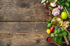 Ervas e especiarias frescas na tabela de madeira Fotos de Stock