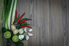 Ervas e especiarias frescas no fundo de madeira, ingredientes do alimento picante tailandês, ingredientes de Tom yum Fotos de Stock Royalty Free