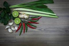 Ervas e especiarias frescas no fundo de madeira, ingredientes do alimento picante tailandês, ingredientes de Tom yum Fotografia de Stock