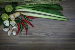 Ervas e especiarias frescas no fundo de madeira, ingredientes do alimento picante tailandês, ingredientes de Tom yum Fotos de Stock
