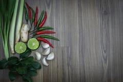 Ervas e especiarias frescas no fundo de madeira, ingredientes do alimento picante tailandês, ingredientes de Tom yum Imagens de Stock