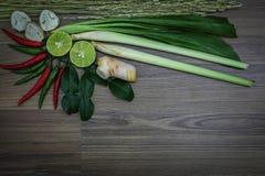 Ervas e especiarias frescas no fundo de madeira, ingredientes do alimento picante tailandês, ingredientes de Tom yum Foto de Stock