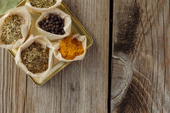 Ervas e especiarias na opinião de tampo da mesa de madeira imagens de stock