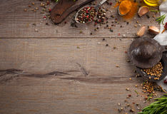 Ervas e especiarias na tabela de madeira Imagens de Stock Royalty Free