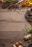 Ervas e especiarias na tabela de madeira Imagem de Stock