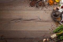 Ervas e especiarias na tabela de madeira Fotos de Stock Royalty Free