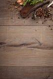 Ervas e especiarias na tabela de madeira Imagens de Stock