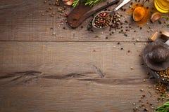 Ervas e especiarias na tabela de madeira Fotografia de Stock Royalty Free