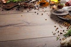 Ervas e especiarias na tabela de madeira Fotografia de Stock