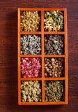 Ervas e flores secadas na caixa de madeira, Foto de Stock Royalty Free