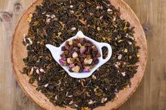 Ervas e flores secadas para o chá Fundo de madeira e espaço livre para o texto ou os cartões imagens de stock