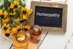 Ervas e garrafa com medicinas Homeopatia do conceito Imagens de Stock
