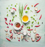Ervas, especiarias frescas e óleo compondo no fundo rústico Fotografia de Stock
