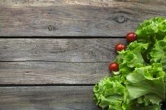 Ervas frescas do jardim na tabela de madeira Vista superior com espaço da cópia imagem de stock