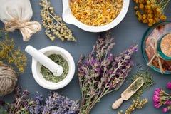 Ervas medicinais, almofariz das ervas, saquinho e garrafa da droga Fotografia de Stock