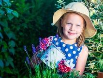 Ervas molhando da menina bonito Criança que toma das plantas Criança com imagens de stock