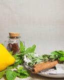 Ervas para o chá e um limão em um fundo de linho fotografia de stock royalty free