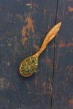 Ervas secadas em uma colher de madeira fotos de stock royalty free