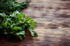 Ervas verdes frescas do aneto e da salsa na tabela de madeira rústica Vista superior com espaço da cópia Imagens de Stock Royalty Free