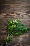 Ervas verdes frescas do aneto e da salsa na tabela de madeira rústica Vista superior com espaço da cópia Fotos de Stock