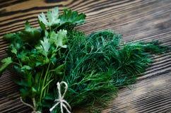 Ervas verdes frescas do aneto e da salsa na tabela de madeira rústica Vista superior com espaço da cópia Imagem de Stock Royalty Free