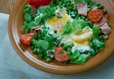 Ervilhas cozidos com ovos escalfados Fotografia de Stock