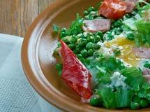 Ervilhas cozidos com ovos escalfados Foto de Stock