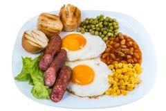Ervilhas do ovo frito do café da manhã, grões do milho, feijões e salsichas fritadas em uma placa branca imagem de stock royalty free