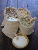 ervilhas em sacos de matéria têxtil e arroz branco na bacia Fotos de Stock Royalty Free