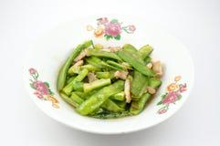 Ervilhas frescas e carne de porco fritadas agitação Imagem de Stock