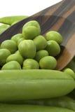 Ervilhas frescas na colher de madeira Foto de Stock Royalty Free