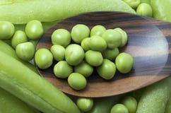 Ervilhas frescas na colher de madeira Fotografia de Stock Royalty Free