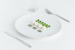 Ervilhas verdes, alecrins e bolas da mussarela na placa Imagens de Stock Royalty Free