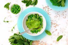 Ervilhas verdes e hortelã que refrescam o pesto verde imagem de stock