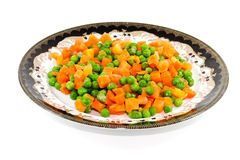 Ervilhas verdes frescas com cenouras imagens de stock royalty free