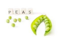 Ervilhas verdes isoladas no fundo branco com letras Imagem de Stock Royalty Free