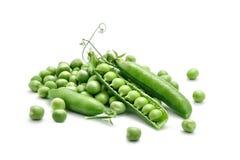 Ervilhas verdes maduras em um fundo branco Um objeto isolado foto de stock