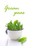 Ervilhas verdes novas em um escorredor do metal Fotografia de Stock