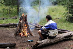 Erwärmung durch das Lagerfeuer Stockfotos